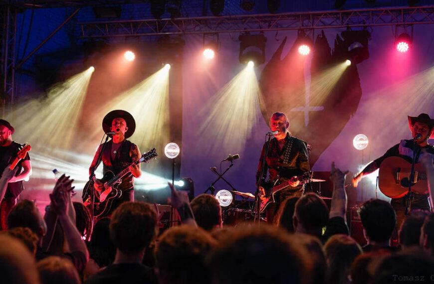 Me And That Men – koncert na katowickim dziedzińcu Fabryki Porcelany